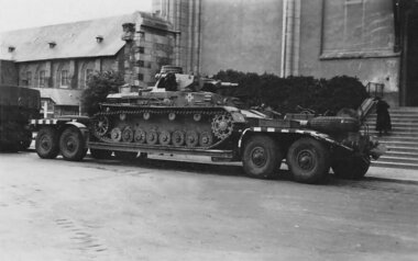 Panzer_IV_tank_on_trailer.jpg